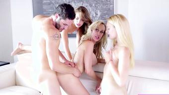 Три сексапильные шлюшки по очереди трахаются с выносливым парнем