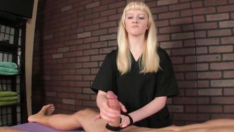 Блондинистая массажистка жестко дрочит наглому мужику на сеансе